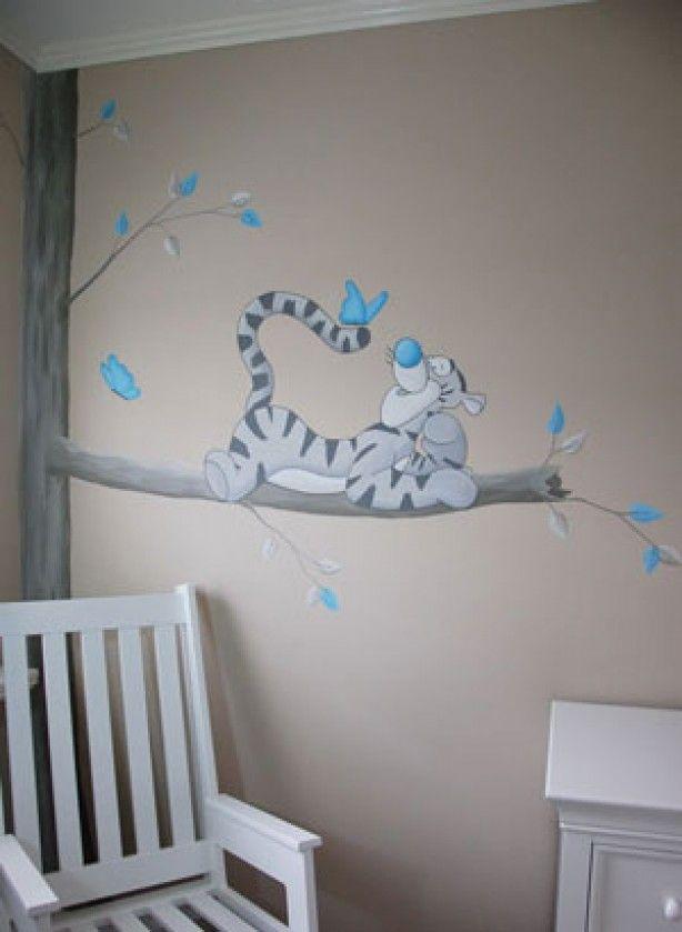 Teigetje muurschildering voor een jongetje. Het grappige tijgertje uit Winnie the Pooh die op een tak ligt. Gemaakt door BIM Muurschildering, kan in vele stijlen geschilderd worden.
