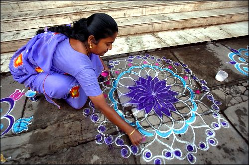 Kolam A kolam is a sort of painted prayer - a line drawing composed of curved loops, drawn around a grid pattern of dots.