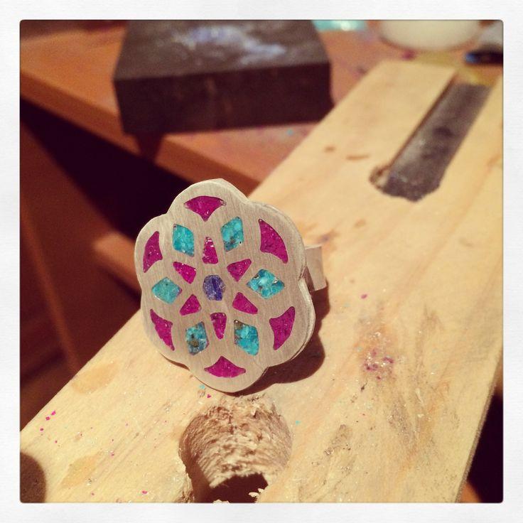 Anillo Mandala de plata con sugilita, crisocola y lapislázuli |  clases de orfebrería | solocata@gmail.com