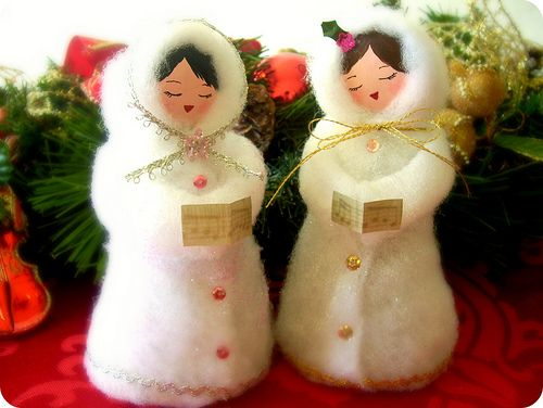 Christmas. Las Niñas de los villancicos/ Christmas singers made out from paper mache and recycled materials. Christmas crafts. Tutorial here https://www.facebook.com/media/set/?set=a.303535702993093.92226.194463230567008&type=3