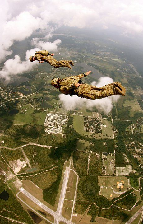 sky diving soldiers