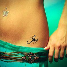 idee petit tattoo feminin scorpion hanche