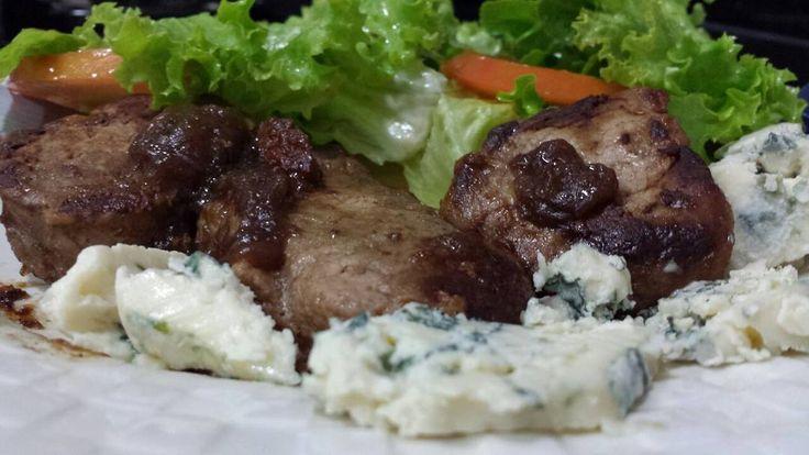 Hmmmm este almoço do #dia11 dos #31diasketo ficou simplesmente divino! . . Filé mignon suíno feito no vinho tinto seco acompanhado de queijo gorgonzola e uma saladinha de alface com cenoura. . . Assim fica fácil ser #cetogenico! . . #senhortanquinho #paleo #paleobrasil #primal #lowcarb #lchf #semgluten #semlactose #cetogenica #keto #atkins #dieta #emagrecer #vidalowcarb #paleobr #comidadeverdade #saude #fit #fitness #estilodevida #lowcarbdieta #menoscarboidratos #baixocarbo #dietalchf…