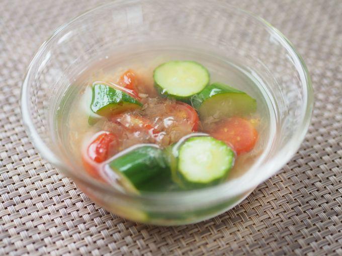 この冷たさが体を癒す「キュウリとトマトの冷たいお吸い物」お湯を沸かした鍋にキュウリ、トマトを入れて煮立たせます。そこに塩を加えたらすぐに火を止め、かつお節を入れてさっと混ぜます。最後に氷を入れ、冷蔵庫で冷やせば完成です。
