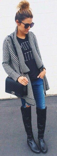 Sobre la rodilla botas de vestir a un suéter holgado, una camiseta gráfica y jeans rotos al instante.  Read more:http://www.gurl.com/2014/11/29/style-tips-on-how-to-wear-over-the-knee-boots-outfit-ideas/#ixzz47PQnqBlg