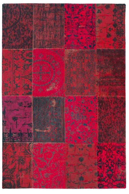 Dit rode patchwork tapijt is gemaakt van een combinatie van zuivere wol en katoen. Het vloerkleed heeft een mooie vintage uitstraling door h...