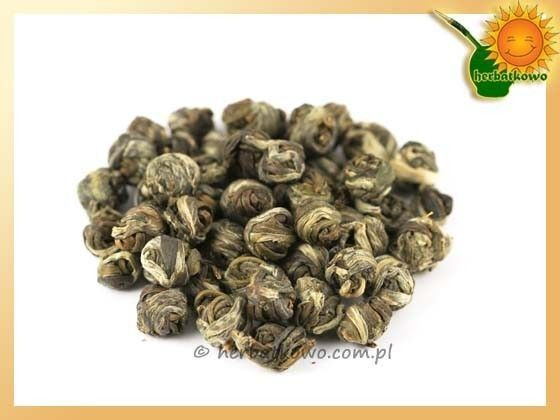 Herbata Biała Perła | www.herbatkowo.com.pl  Herbata Biała Perła, White Pearl, jest herbatą na wyjątkowe okazje. Ekskluzywna, produkowana z selekcjonowanych, najmłodszych listków krzewu herbacianego. Proces formowania tych herbacianych perełek odbywa się ręcznie, co dodatkowo wpływa na jej walory, bo produkcja nie jest duża. Potwierdzona wysoka jakość zagwarantuje niebiańskie odczucia każdemu koneserowi dobrek herbaty.