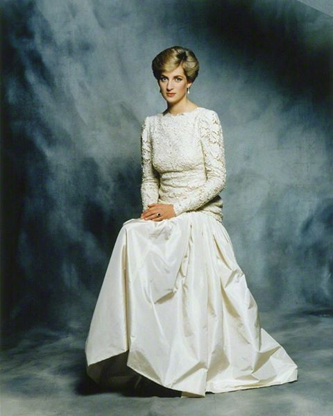 1987: An official portrait of Princess Diana, taken by Sir Terence Donovan, a royal photographer. For this session, the princess wore a daintily scalloped lace evening gown with drop-waisted taffeta skirt and see-through lace sleeves designed by Murray Arbeid ■ 1987: صورة رسمية لﻷميرة ديانا بعدسة المصور الملكي السير تيرينس دونوفان. وقد ارتدت اﻷميرة في جلسة التصوير هذه فستانا أبيض اللون خيط بدقة من قماشي الدانتيل والتافتا، وهو من تصميم المصمم البريطاني موري آربيد ■ #princessdianaforever…