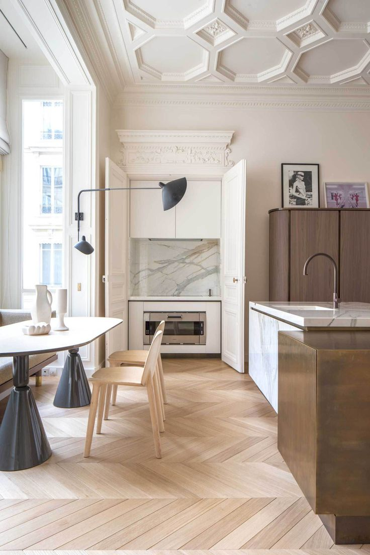 Cocina clásica con office que combina diferentes materiales con un suelo de madera en espiga.