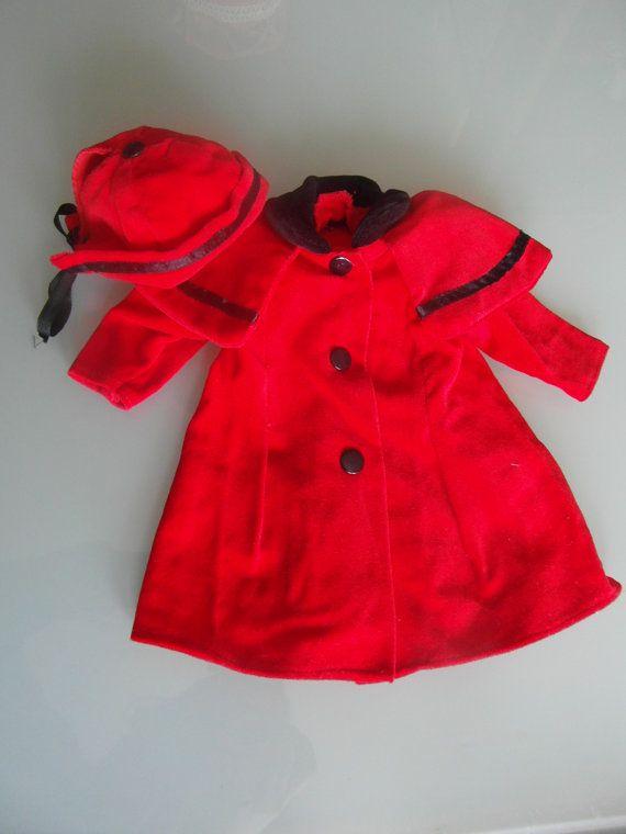Capottino rosso con cappello per bambola. di bamboleantiche, €15.00