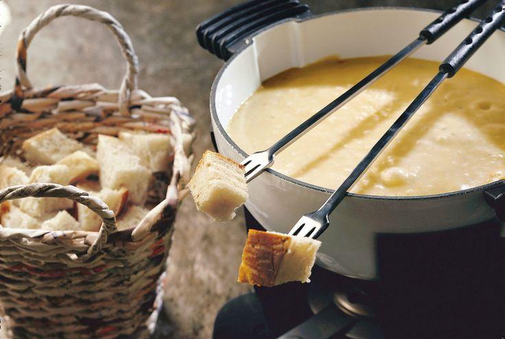 Der absolute Winterklassiker - Käse Fondue moitié-moitié mit Gruyère und Freiburger Vacherin.