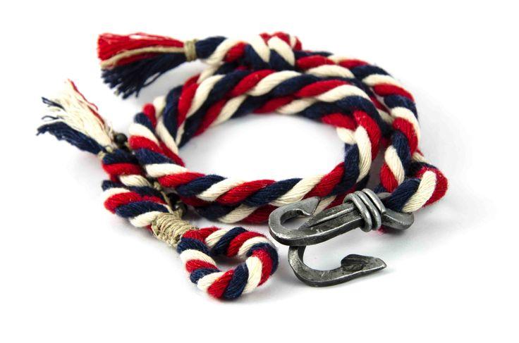 """<strong>Bransoletka EKO</strong>, ręcznie wykonana ze skręconego naturalnego bawełnianego sznurka 6mm w żeglarskich kolorach <strong><span style=""""color: #000080;"""">granatowym, </span><span style=""""color: #ff0000;"""">czerwonym</span></strong> i <strong><span style=""""color: #c0c0c0;"""">białym</span></strong> (lekkie ecru). <strong><span style=""""color: #003366;"""">Można zmieniać długość przesuwając węzeł przy kotwicy.</span> <span style=""""color: #000000;"""">Wielkość uniwersalna!</span></strong>"""