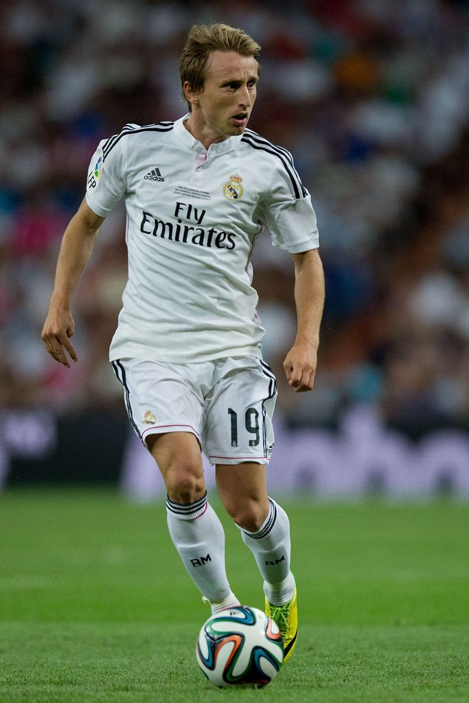 Luka Modric of Real Madrid CF controls the ball during the Supercopa first leg match between Real Madrid and Club Atletico de Madrid at Estadio Santiago Bernabeu on August 19, 2014 in Madrid, Spain.