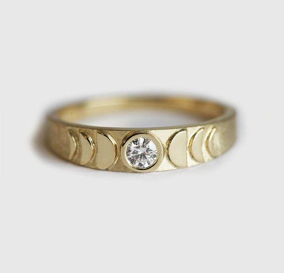 繊細なダイヤモンドのリング。正面にムーンフェイズをモチーフにし、ダイヤを満月にしました。バンドの仕上げはマットですが、ムーンフェイズの部分はミラー仕上げです。ダイヤだけではなく、誕生石、他のジェムストーンでも作製できますので、希望の方は、お手数ですが、購入前にご連絡ください。☽ムーンストーンのバージョンはこちらへ☾https://www.creema.jp/exhibits/show/id/3705467自分用はもちろん、特別なマリッジリングとしてもぴったりです。商品の詳細<天然石>・ラウンドダイヤモンド 0.11カラット、明度VS、色度G<金属>・14kソリッドゴールド・バンドの幅 前: 4mm、後: 1.8mm☆!ダイヤモンドは、コンフリクトフリーです!☆【注意点】※16号以上のサイズの場合、追加料金がかかります。※写真のリングは、イエローゴールドですが、ホワイトゴールド、ローズ(ピンク)ゴールド、または18kソリッドゴールドでも作製できます。希望の方は、お手数ですが、購入前にご連絡ください。専用リスト(予約販売)...
