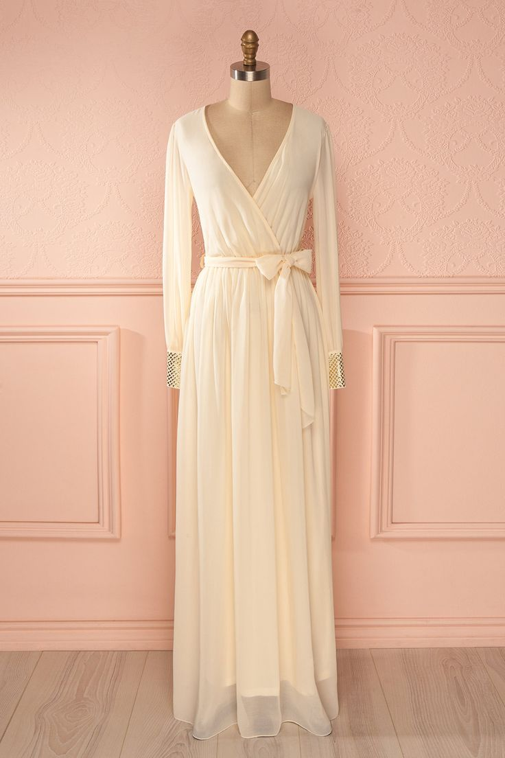 Au bal des fées, toutes portent un accent doré. At the fairies dance, all wear a golden accent. beige, cache-coeur, clous, cream, crème, dress, ivoire, ivory, long, long sleeves, manches longues, maxi, robe, robes, studs, veil, voile, wrap