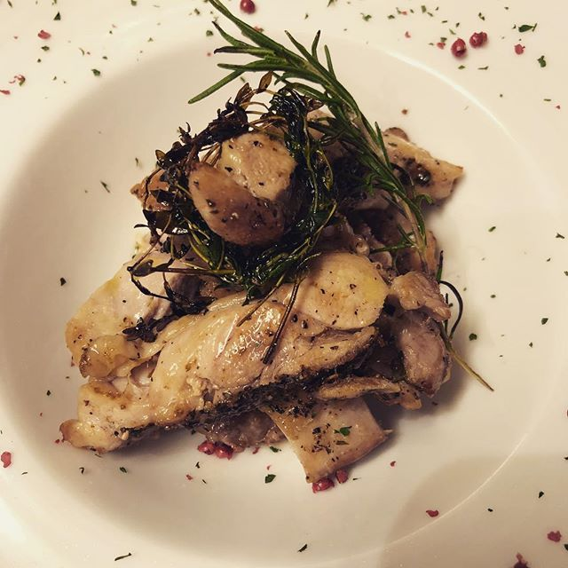 鶏もも肉の香草ステーキです。 ジューシーなもも肉をお楽しみください!  #ピザ#パスタ#シャンパン#スパークリングワイン#ワイン#モヒート#肉#魚#イタリアンバル#泡バル#イタリアン#pizza#pasta#shanpagne #sparkling #wine#italianfood #italianbar #恵比寿#ガーデン#渋谷区恵比寿南1#SPARKLING_GARDEN #鶏モモ
