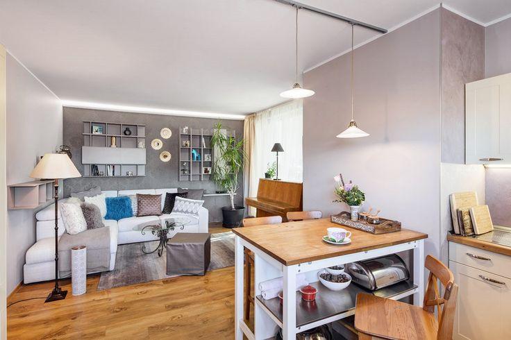 """Obývací pokoj je """"tradičně"""" spojený s kuchyní."""
