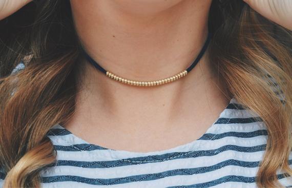 tenue avec collier ras de cou