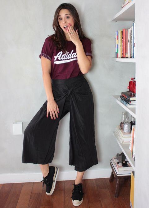 d3238f7708 Combinação perfeito de T-shirt esportiva + pantacourt de nó + tênis de  espadrilles.