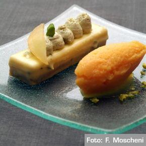 Biscotto al pistacchio, marmellata di arancia, cremoso alla vaniglia e sorbetto all'arancia. Chef Galileo Reposo  http://www.identitagolose.it/sito/it/ricette.php?id_cat=12&id_art=36&nv_portata=5&nv_chef=&nv_chefid=&nv_congresso=&nv_pg=1