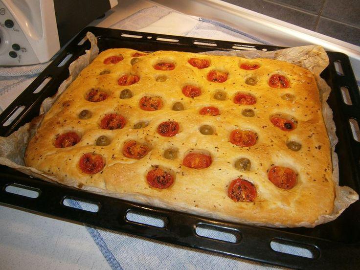 Focaccia pugliese Bimby sofficissima e buonissima, ecco la ricetta! Ingredienti: 500 gr di farina 00, 250 gr di acqua, 25 gr di lievito di birra, 1 cucchiaino di zucchero 150 gr di