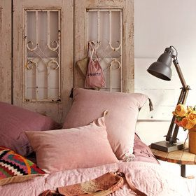 Dormitorio vintage: lámpara antigua heredada en la mesilla