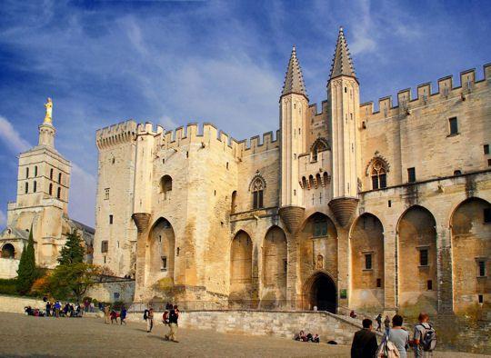 Le Palais des papes d'Avignon A la fois forteresse et palais, Avignon fut le siège de la chrétienté au cours du XIVe siècle. Il se devait donc d'être un lieu sûr pour accueillir le pape et son entourage.