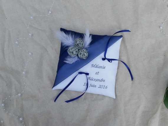 Coussin alliance mariage bleu marine, gris, blanc décor plumes boules rotin  argent, prénoms brodés