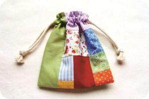 Reciclagem de retalhos - Mini taleigos - saquinhos de presentes português. Tutorial em http://www.bananacraft.com/blog/coisasdemenina/2012/08/07/tutorial-de-costura-como-fazer-um-taleigo/