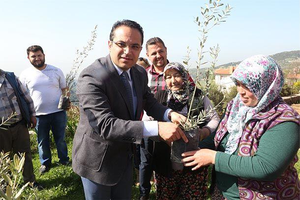 """Meyve üreticilerine """"Budama ve Aşılama"""" kursu  Bornova Belediyesi """"yerelde kalkınma"""" hedefi doğrultusunda üreticilere yönelik olarak düzenlenen eğitim faaliyetlerine devam ediyor. Tarımsal kalkınmaya destek olmak amacıyla Tıbbi Aromatik Bitkiler Bilimi ve Arıcılık Eğitimi'nin ardından meyve yetiştiriciliği yapan üreticilere yönelik """"Budama ve Aşılama""""kursu da düzenlendi. Ziraat Mühendisleri Odası işbirliği ile gerçekleşen ve 10 hafta sürecek olan kursların ilk dersini Ziraat Mühendesi…"""