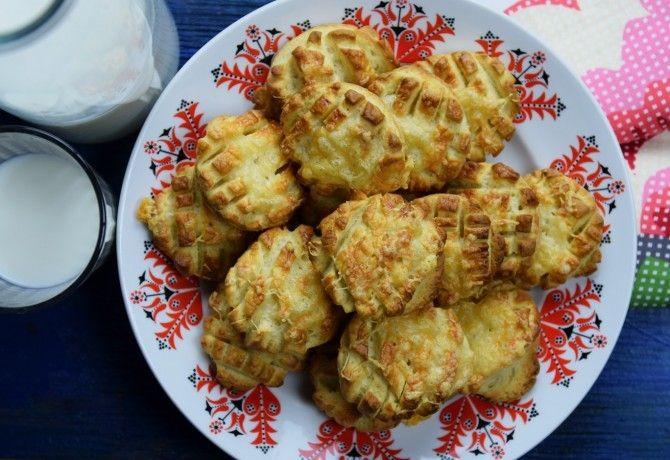 Tejfölös-sajtos pogácsa recept képpel. Hozzávalók és az elkészítés részletes leírása. A tejfölös-sajtos pogácsa elkészítési ideje: 65 perc