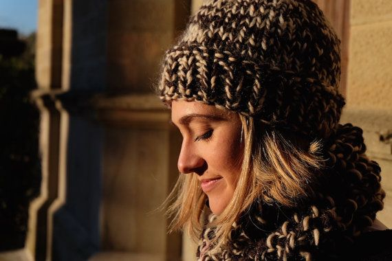 Un set caldo e confortevole composto da scaldacollo e berretto di lana, entrambi lavorati a maglia con grandi ferri. Le nuances del marrone e del