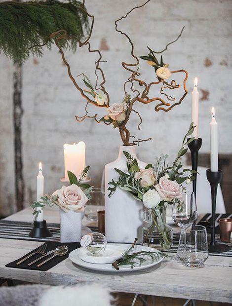Rosen in zartem Rosé sind traumhafte Partner für kühles Weiß und Grau. Diese Deko-Idee zaubert skandinavisches Flair auf die Tafel (Foto und Idee: 100layercake.com)