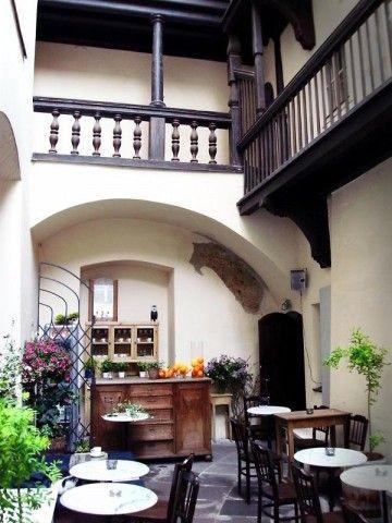 Cafe Magia to przytulna kawiarenka mieszcząca się na dziedzińcu Kamienicy Hipolitów. W tym artystycznym, kameralnym wnętrzu zawsze można znaleźć wytchnienie od zgiełku miasta. http://krakowforfun.com/pl/10/puby/cafe-magia