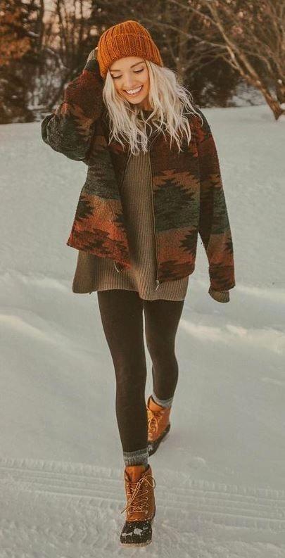 Boho-Chic-Outfit / Hut + Stiefel + Leggings + übergroßer Pullover + bedruckte … – Beste Bohofashion Ideen