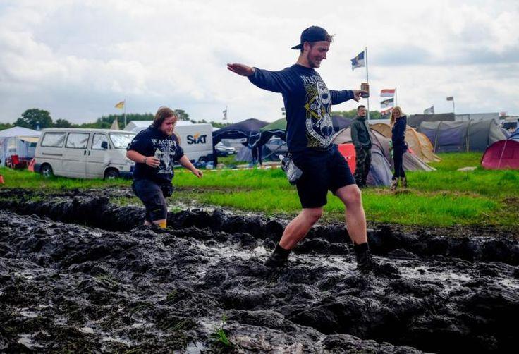Schlamm-Party: Zehntausende Metal-Fans feierten am Donnerstag den Start des berühmten Festivals in dem norddeutschen Dorf Wacken. Regenschauer verwandelten das Gelände in ein einziges Matschfeld. Mehr Bilder des Tages auf: http://www.nachrichten.at/nachrichten/bilder_des_tages/ (Bild: AFP)