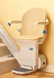 Een traplift bestaat uit een rail, twee motorunits en een stoel. De stoel is gemonteerd op de motorunits. Wanneer u gebruik maakt van de traplift, beweegt de stoel zich zijwaarts voort over de rail. Wij hebben liften voor uw rechte trap, maar ook voor uw trap met bochten. Trapliften kunnen aan beide zijde van de trap gemonteerd worden. Ook hebben wij stoeltjes die hergebruikt kunnen worden, dit werkt kostenbesparend.
