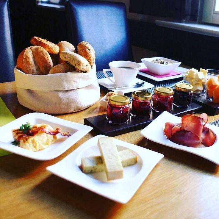 So kann der Tag starten: Unser BrettchenFrühstück gibt es übrigens bis 14 Uhr (für alle im Langschläfermodus 😉). #breakfast #brettchenfrühstück #oxbox #frühstück #rhoener_botschaft #rhönerbotschaft #hilders #hotelengel #qualitytime #instafood #food #foodporn #rhön #travel #entschleunigung #entspannturlauben #osthessen #leiststyle #schinken #käse #goodmorning