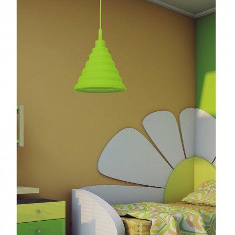 Lámpara colgante de la colección Pirámide muy original ideal para iluminar dormitorios de estilo juvenil. Está realizada en silicona con acabado en verde pistacho y tiene forma de pirámide. Podrás regular la altura de 31 a 105 centímetros
