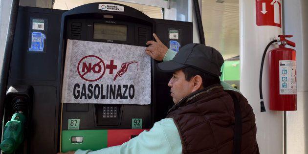 Una investigación del Huffington Post revela que el salario mínimo de los mexicanos hace más difícil comprar un litro de gasolina que en Angola, Nigeria, Azerbaiyán, Camboya y República del Congo.