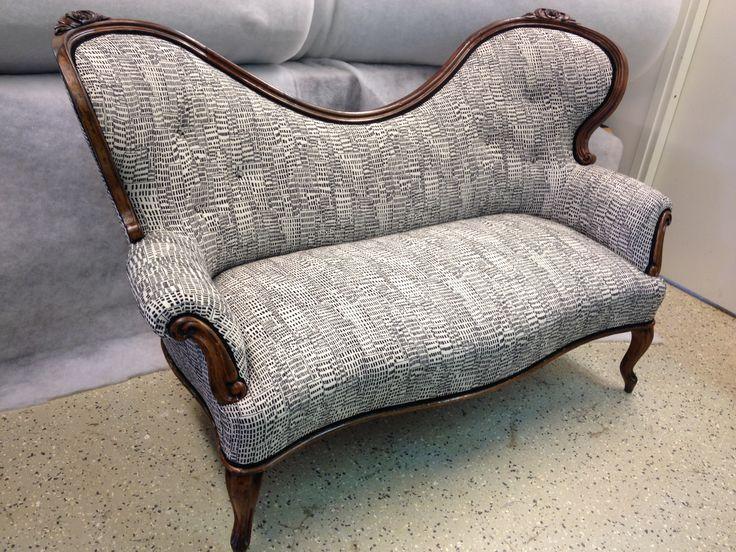 Rokokoosohva kunnostettiin pohjia myöden perinteisin materiaalein. Pintaan valittiin tyylistä poikkeava rohkea Lauritzonin York kangas.