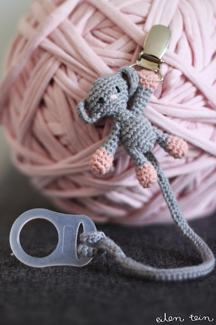 Monkey-amigurumi-pacifier clip ~stinkin' cute!