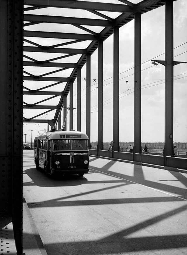 Trolleybus op de Oude Rijnbrug in Arnhem, 1953.