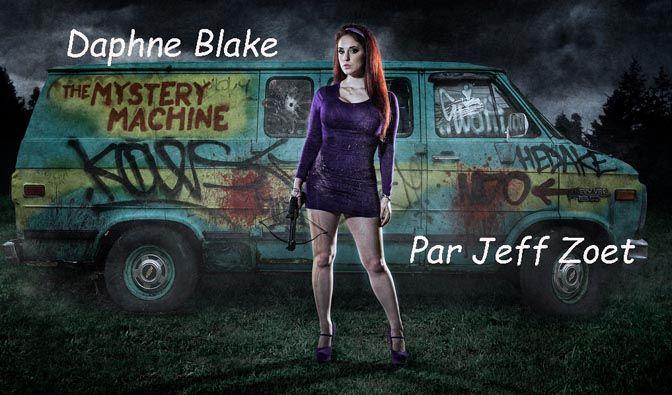 Daphné est la fille de Barty et Nan Blake, deux milliardaires, ce qui permet à Mystères & Co. (Scooby-Doo, Sammy Rogers, Vera Dinkley, Fred Jones ) de beaucoup voyager, d'avoir un van, des bateaux, des armes...
