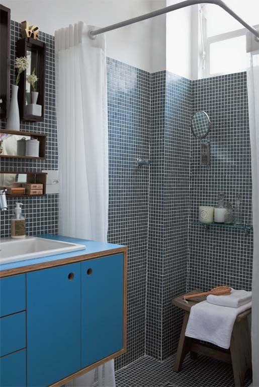 A bancada da pia do banheiro, de compensado naval, ganhou acabamento de laminado azul, cor que remete à casa em que o arquiteto viveu na infância.