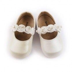 Детски обувчици от естествена кожа с декоративни розички и перли, изработени ръчно. Предлагат се в два цвята-бяло и екрю.