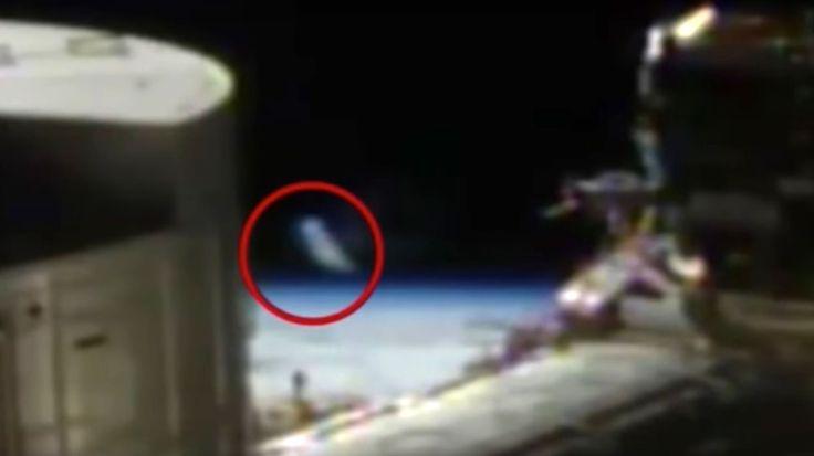 Un objeto con forma cilíndrica fue visto durante una transmisión de la  NASA. Para varios expertos en el fenómeno, se trataría de un OVNI.