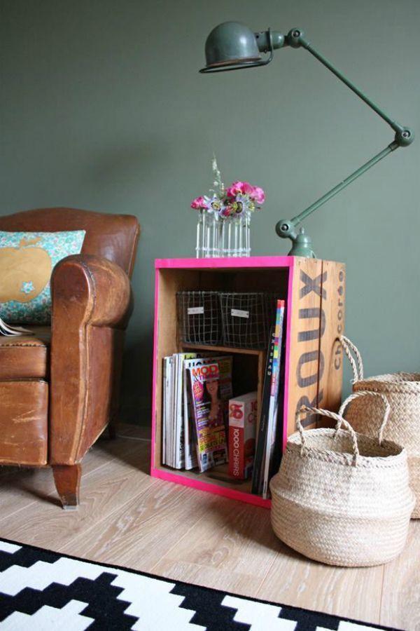 Caisse publicitaire et rose fluo pour bout de canapé