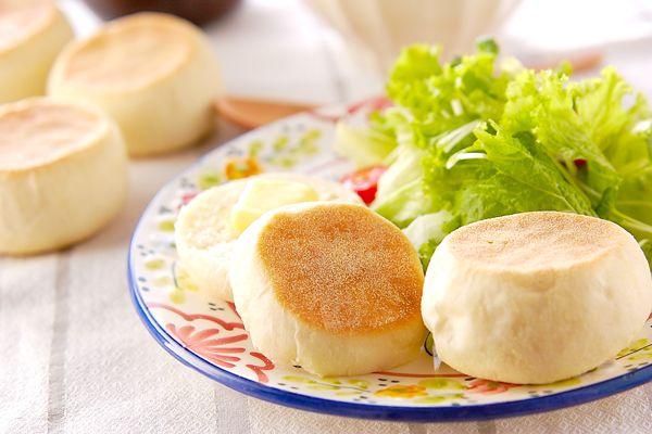 ホットプレートでふわふわに焼けちゃうレシピです!バターやお好みのジャムを添えて召し上がれ♪イングリッシュマフィン[ブレッド/テーブルブレッド]2004.11.01公開のレシピです。