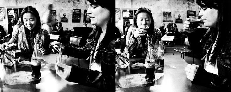 Documentaire straatfotografie cafe zwart-wit Unseen Westergas Amsterdam. Foto door Marijke Krekels fotografie